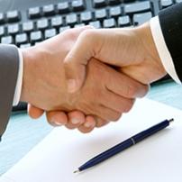 Entrepreneurs et chercheurs au travail ensemble